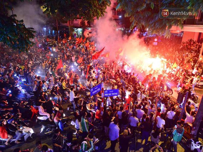 Hàng triệu CĐV cả nước ùa ra đường ăn mừng sau chiến thắng 2-0 của đội tuyển Việt Nam trước Malaysia-16