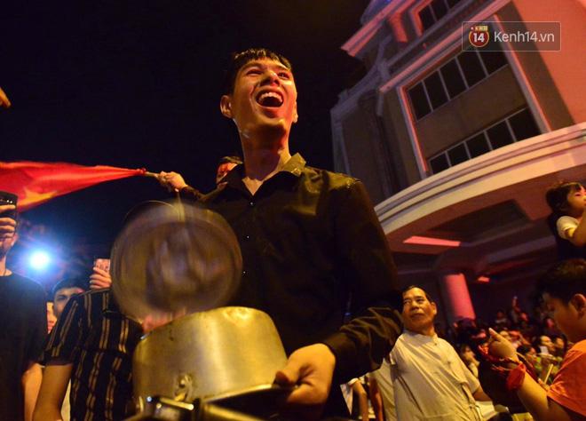 Hàng triệu CĐV cả nước ùa ra đường ăn mừng sau chiến thắng 2-0 của đội tuyển Việt Nam trước Malaysia-7