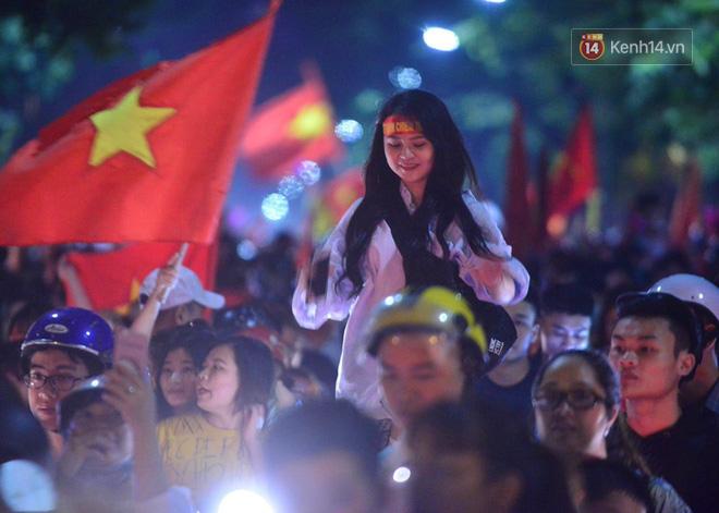 Hàng triệu CĐV cả nước ùa ra đường ăn mừng sau chiến thắng 2-0 của đội tuyển Việt Nam trước Malaysia-8