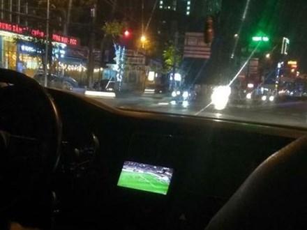 Vừa lái xe vừa xem trận Việt Nam - Malaysia, tài xế khiến cô gái như