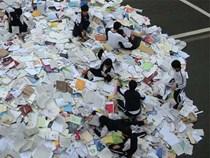 Hậu kỳ thi ĐH khốc liệt hàng đầu thế giới ở Hàn Quốc: Học sinh thi nhau vứt sách vở, quẩy tới bến chấm dứt 12 năm đèn sách