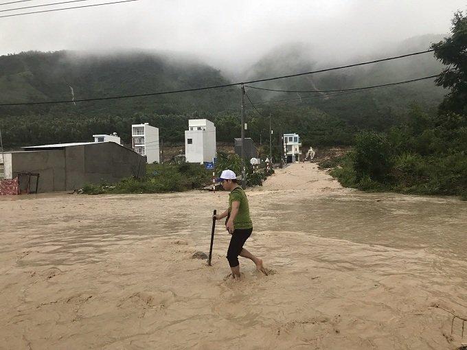 Khánh Hòa: Sạt lở, ngập lụt khắp nơi, đường vào sân bay tê liệt-20