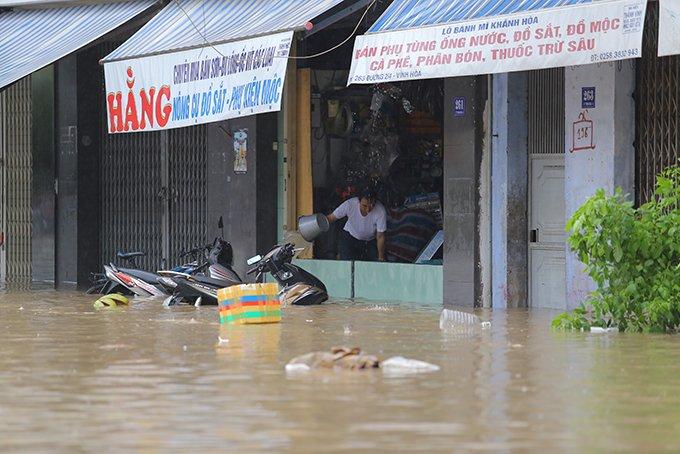 Khánh Hòa: Sạt lở, ngập lụt khắp nơi, đường vào sân bay tê liệt-19