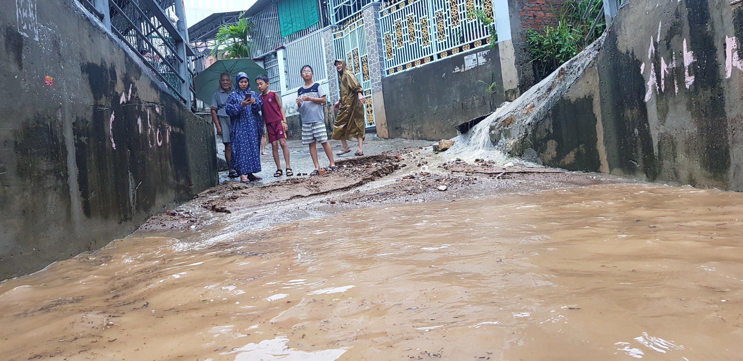 Khánh Hòa: Sạt lở, ngập lụt khắp nơi, đường vào sân bay tê liệt-6