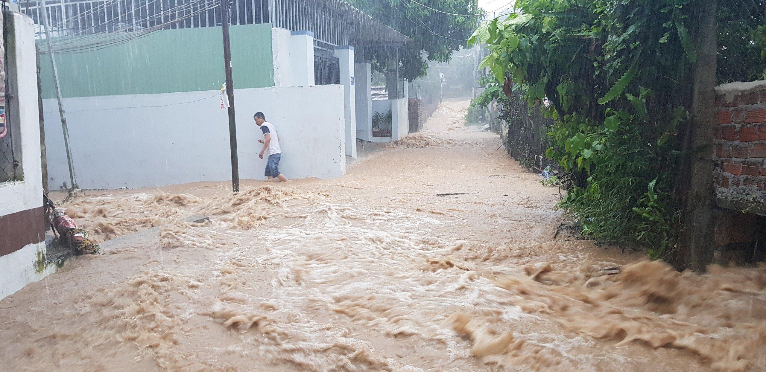 Khánh Hòa: Sạt lở, ngập lụt khắp nơi, đường vào sân bay tê liệt-10