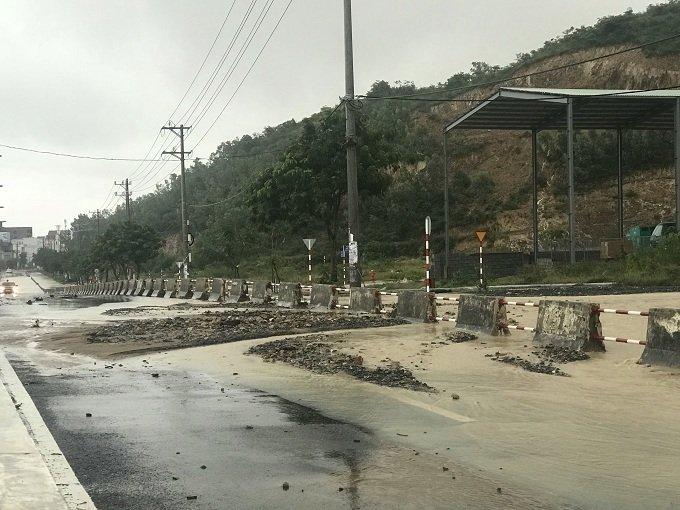 Khánh Hòa: Sạt lở, ngập lụt khắp nơi, đường vào sân bay tê liệt-22