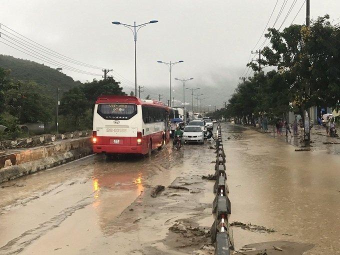 Khánh Hòa: Sạt lở, ngập lụt khắp nơi, đường vào sân bay tê liệt-21