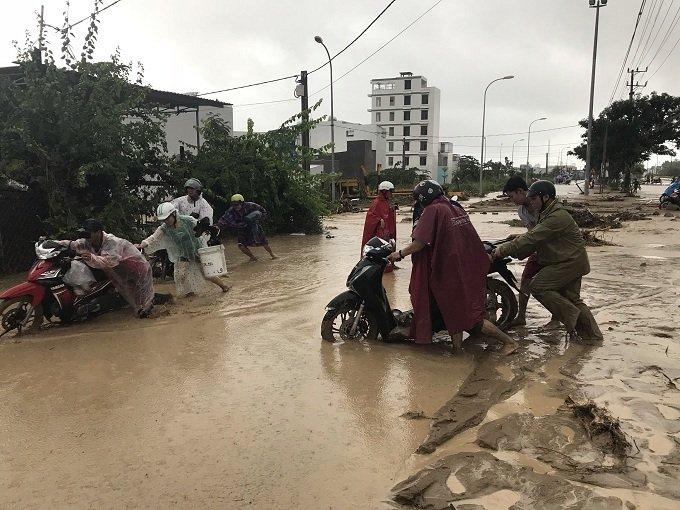 Khánh Hòa: Sạt lở, ngập lụt khắp nơi, đường vào sân bay tê liệt-24