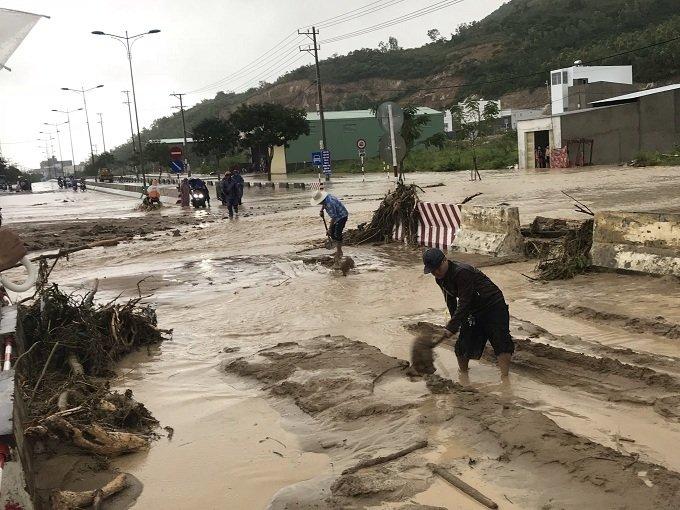 Khánh Hòa: Sạt lở, ngập lụt khắp nơi, đường vào sân bay tê liệt-23