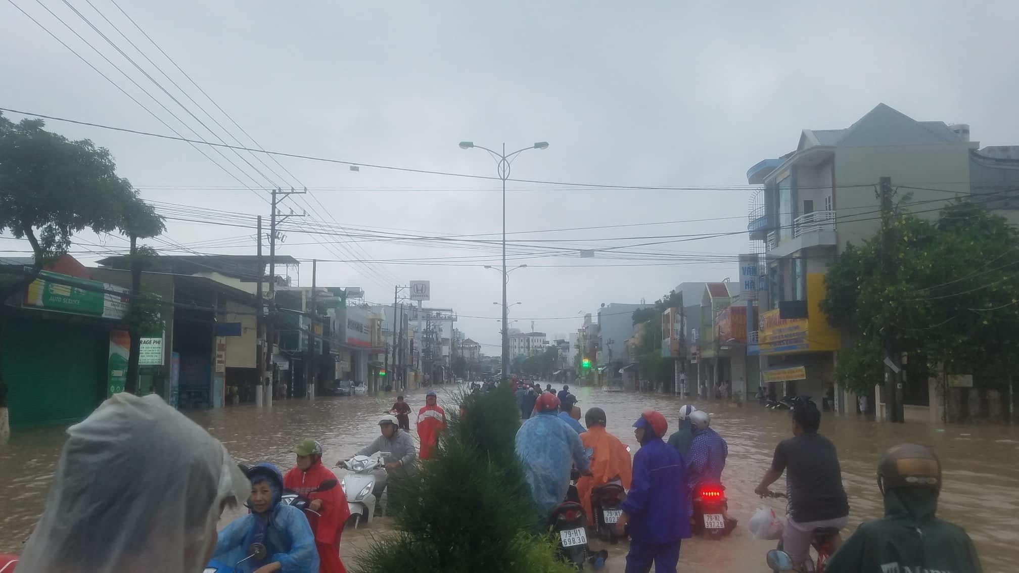 Khánh Hòa: Sạt lở, ngập lụt khắp nơi, đường vào sân bay tê liệt-15