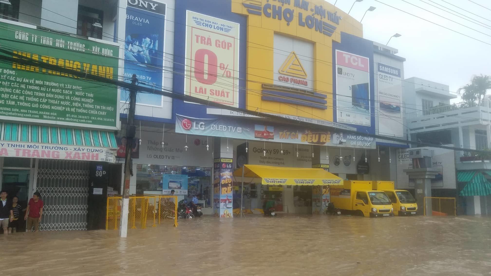 Khánh Hòa: Sạt lở, ngập lụt khắp nơi, đường vào sân bay tê liệt-16