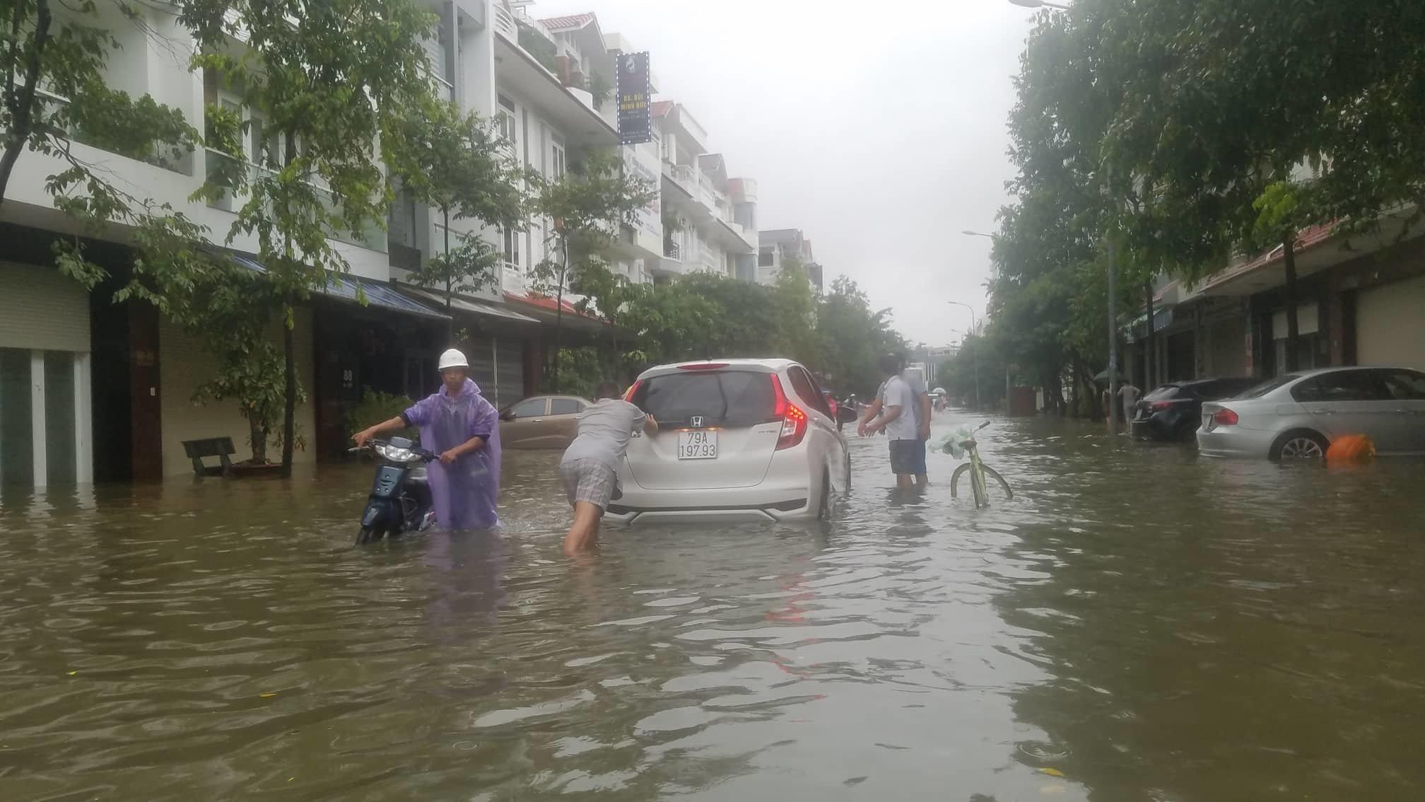 Khánh Hòa: Sạt lở, ngập lụt khắp nơi, đường vào sân bay tê liệt-17