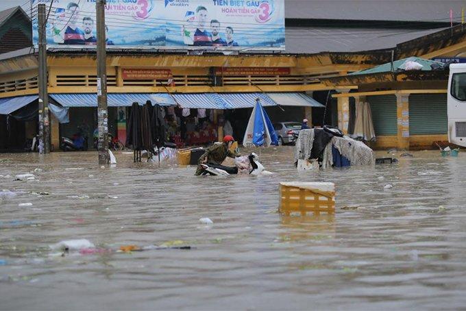 Khánh Hòa: Sạt lở, ngập lụt khắp nơi, đường vào sân bay tê liệt-18