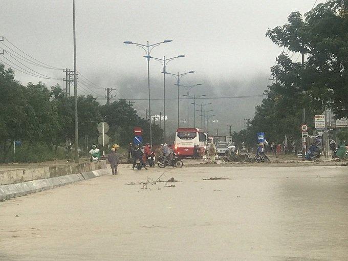 Khánh Hòa: Sạt lở, ngập lụt khắp nơi, đường vào sân bay tê liệt-5