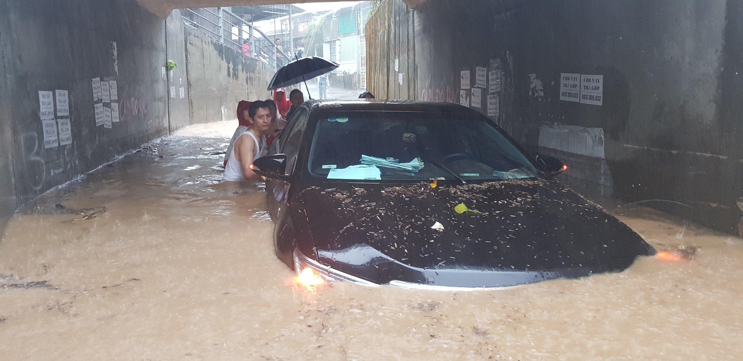 Khánh Hòa: Sạt lở, ngập lụt khắp nơi, đường vào sân bay tê liệt-2