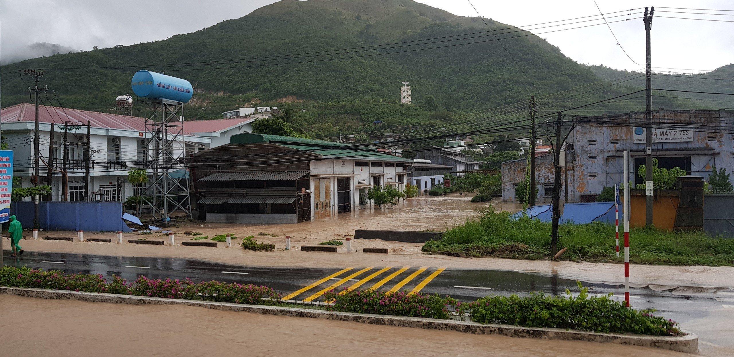 Khánh Hòa: Sạt lở, ngập lụt khắp nơi, đường vào sân bay tê liệt-3