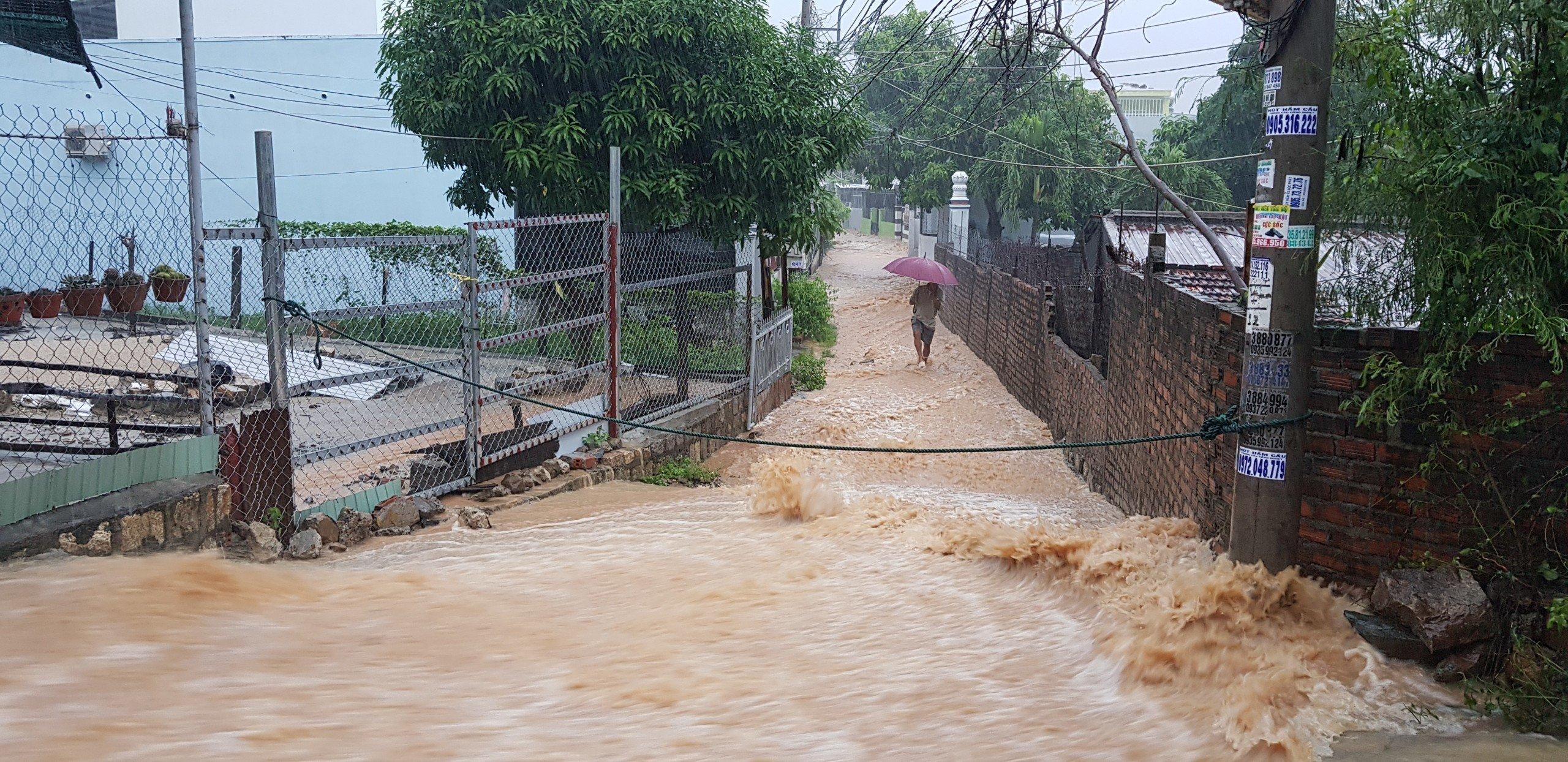 Khánh Hòa: Sạt lở, ngập lụt khắp nơi, đường vào sân bay tê liệt-7