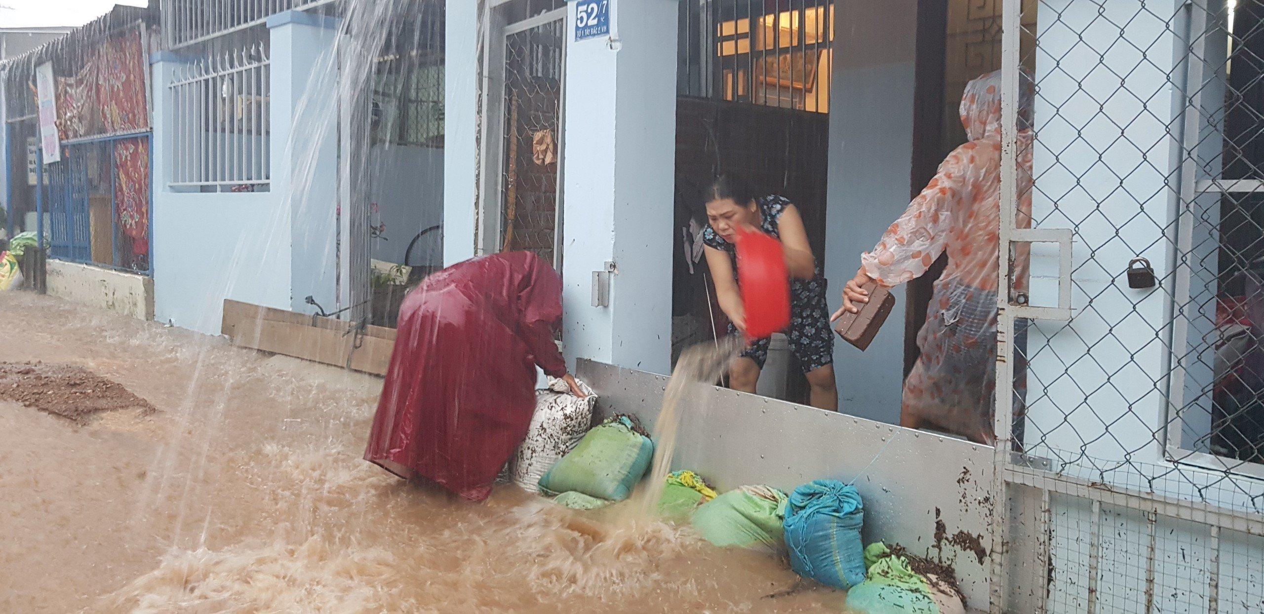 Khánh Hòa: Sạt lở, ngập lụt khắp nơi, đường vào sân bay tê liệt-9