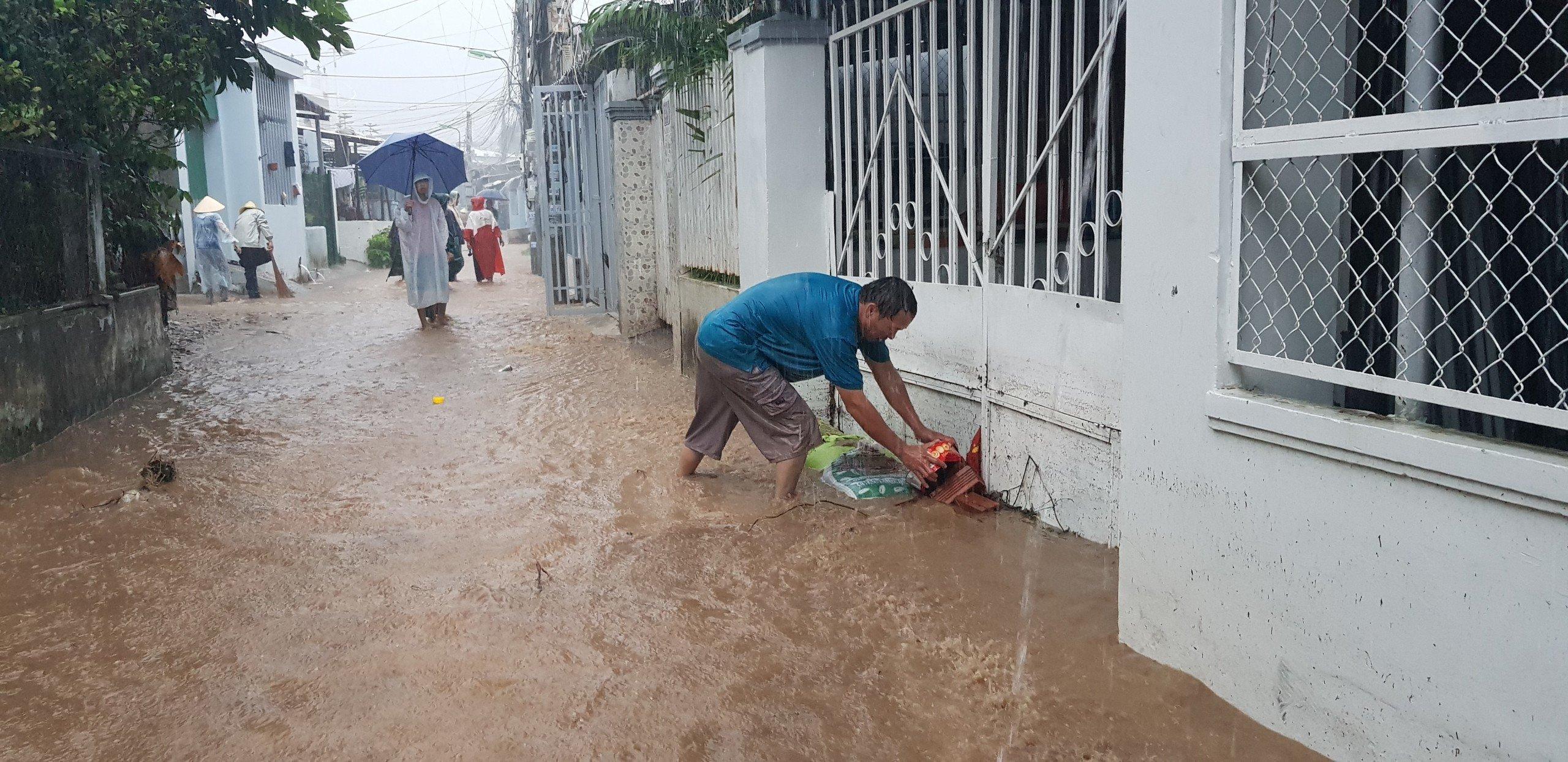 Khánh Hòa: Sạt lở, ngập lụt khắp nơi, đường vào sân bay tê liệt-8