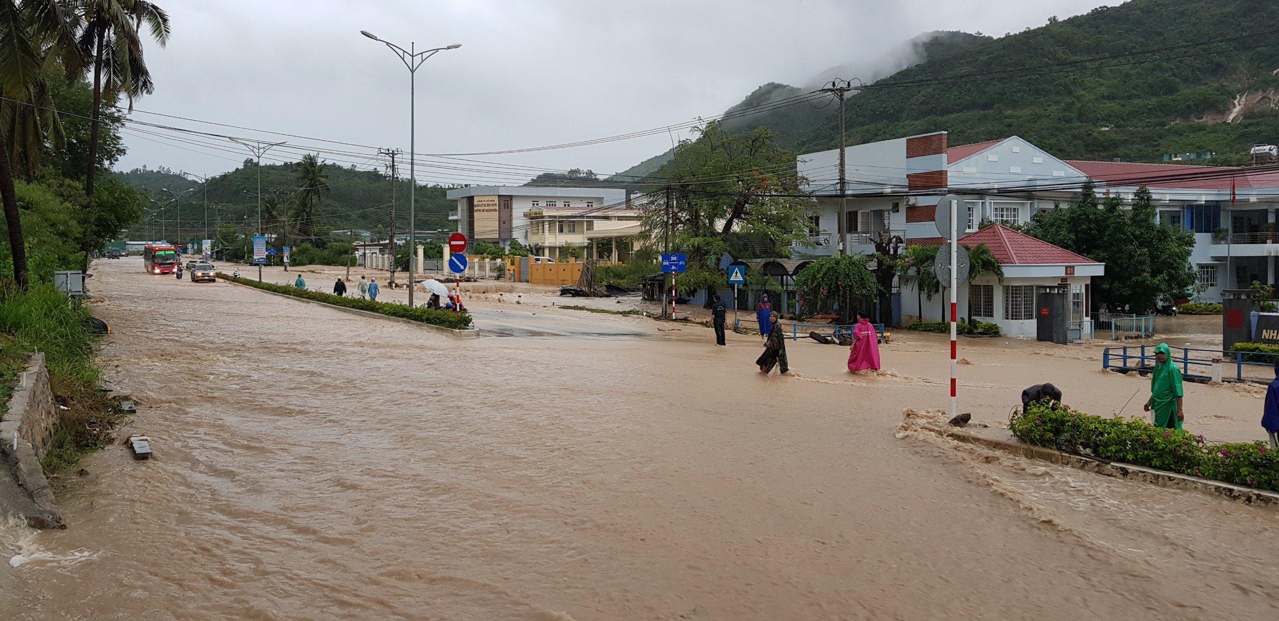 Khánh Hòa: Sạt lở, ngập lụt khắp nơi, đường vào sân bay tê liệt-1