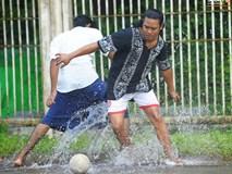 Tuyển thủ Việt Nam thích thú xem đàn ông Myanmar mặc váy, đi chân đất, đá bóng nhựa thỏa mãn đam mê