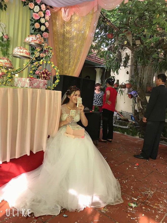 Mang hàng nghìn tờ tiền lẻ đi mừng cưới, thanh niên bị dân tình chỉ trích nhưng cô dâu có thái độ khác hẳn-2
