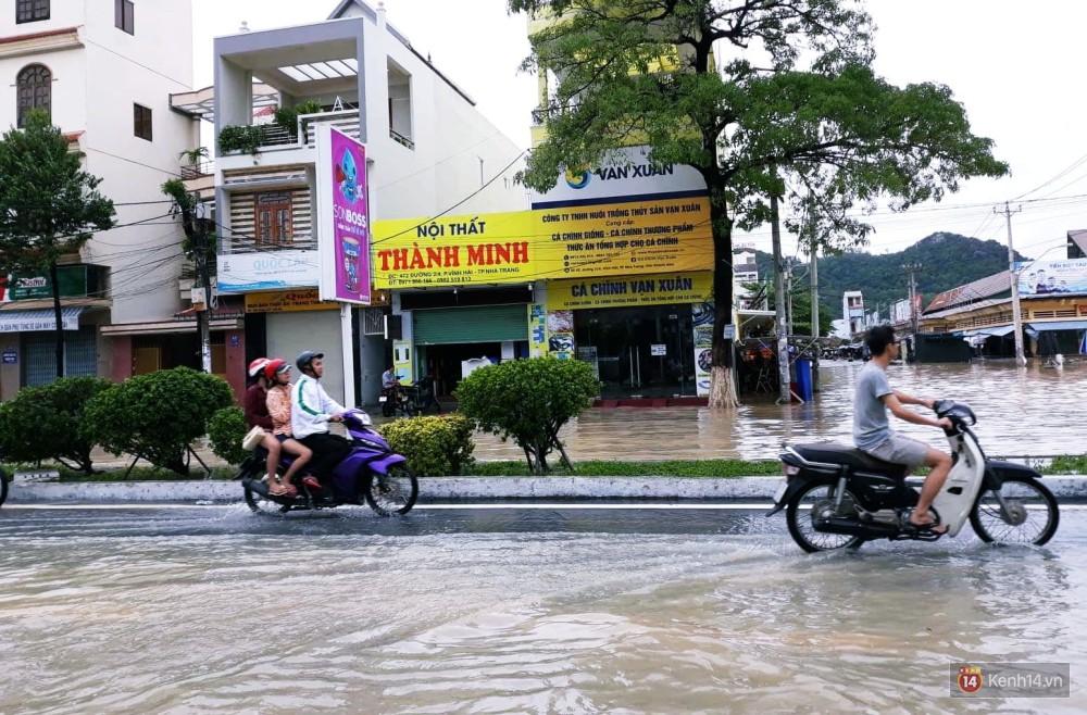 Mưa lũ, sạt lở kinh hoàng ở Nha Trang: Người dân dùng tay đào bới tìm thi thể bé trai và người phụ nữ trong đống đổ nát-6