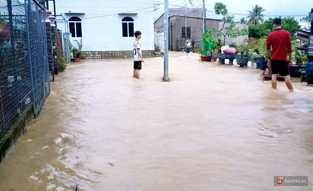 Mưa lũ, sạt lở kinh hoàng ở Nha Trang: Người dân dùng tay đào bới tìm thi thể bé trai và người phụ nữ trong đống đổ nát-7
