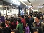 Sale tận đáy, giảm giá 80% giăng vỉa hè: Dân ôm tiền chờ gom hàng-14