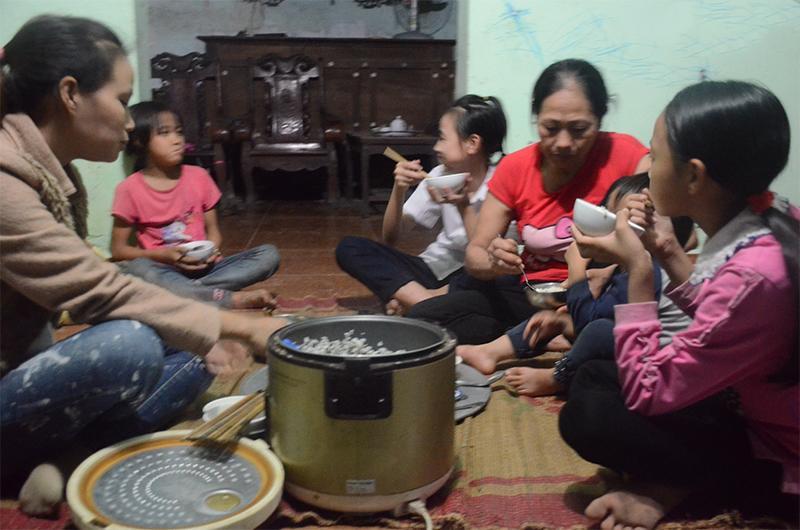 4 gia đình con đàn cháu đống đông nhất Việt Nam, riêng vua đẻ có tới 2 vợ, 21 con-15