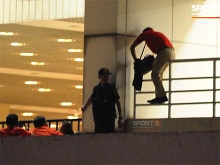 Một nhân viên an ninh bị sa thải do nhận tiền để đưa khán giả vào sân trái phép