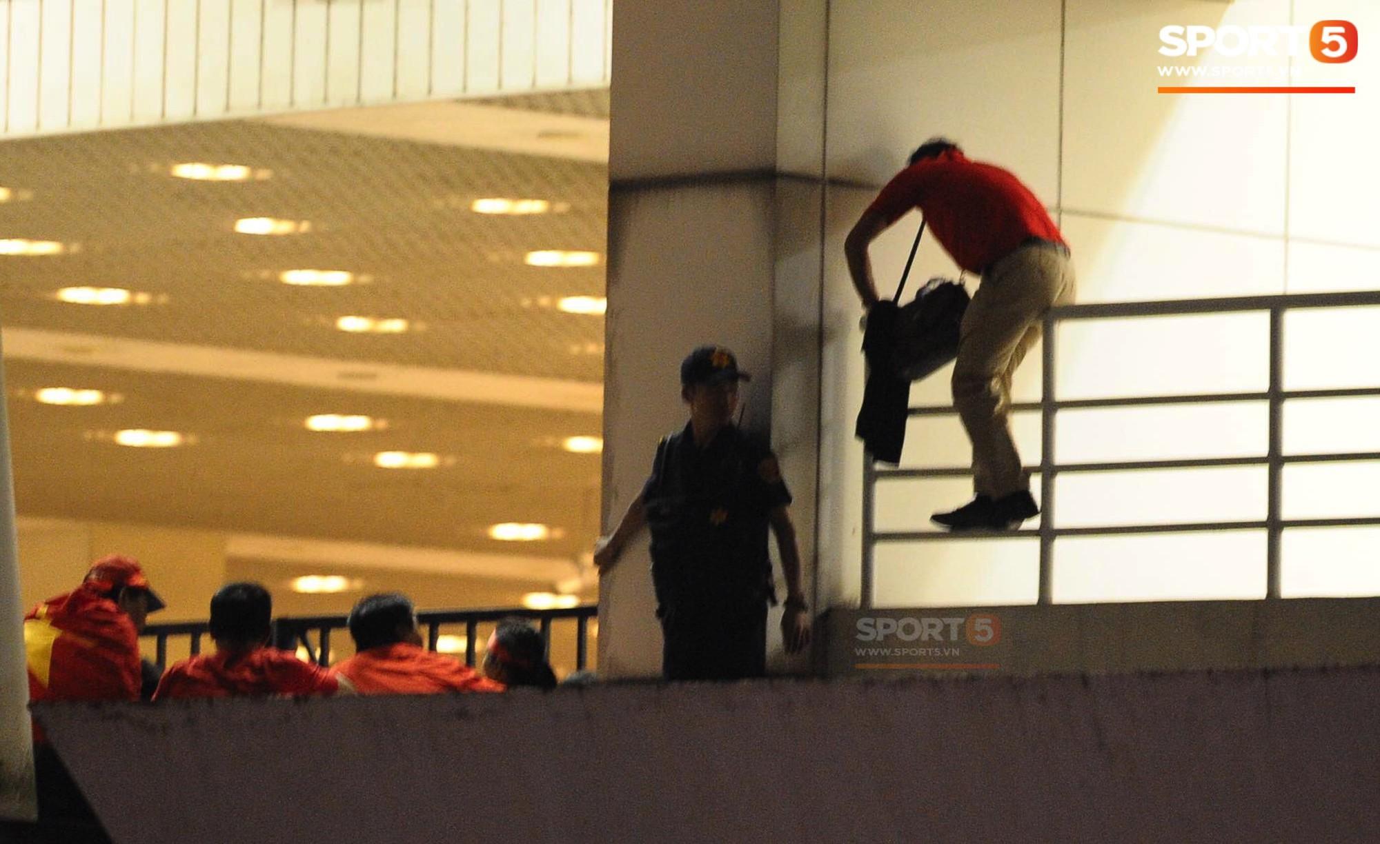 Một nhân viên an ninh bị sa thải do nhận tiền để đưa khán giả vào sân trái phép-1