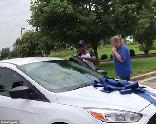 Phụ huynh tặng cô giáo của con chiếc xe ô tô trị giá 420 triệu đồng-1