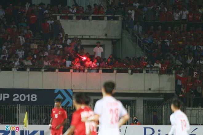 Pháo sáng xuất hiện ở trận Myanmar vs Việt Nam-1
