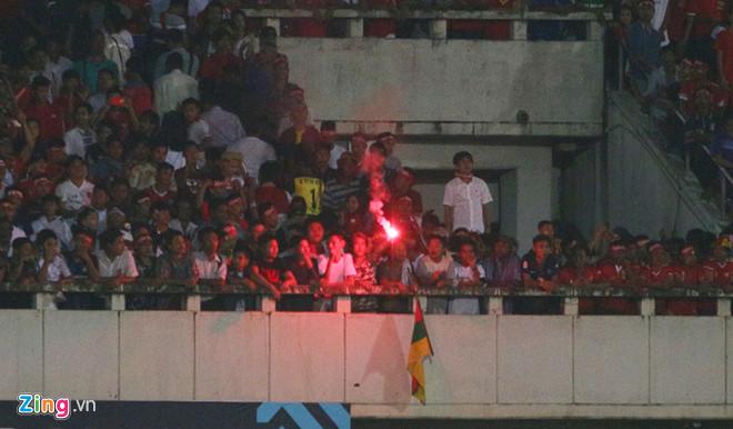 Pháo sáng xuất hiện ở trận Myanmar vs Việt Nam-2