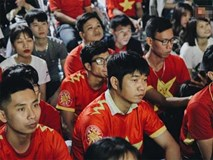Cổ động viên tiếc nuối vì các cầu thủ Việt Nam bỏ lỡ cơ hội ghi bàn vào lưới Myanmar
