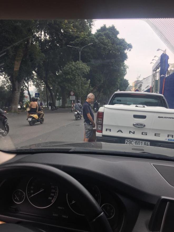 Hình ảnh phản cảm ở hồ Hoàn Kiếm: Người đàn ông ngoại quốc đi bậy vào bánh xe bán tải-1
