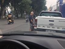 Hình ảnh phản cảm ở hồ Hoàn Kiếm: Người đàn ông ngoại quốc 'đi bậy' vào bánh xe bán tải