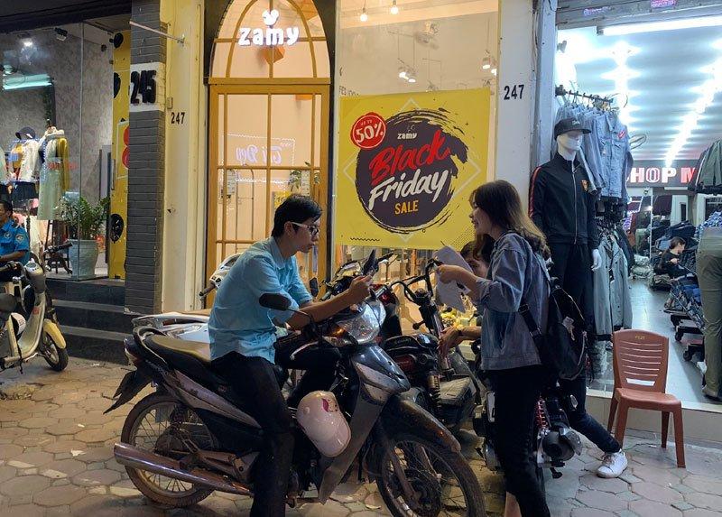 Sale tận đáy, giảm giá 80% giăng vỉa hè: Dân ôm tiền chờ gom hàng-11