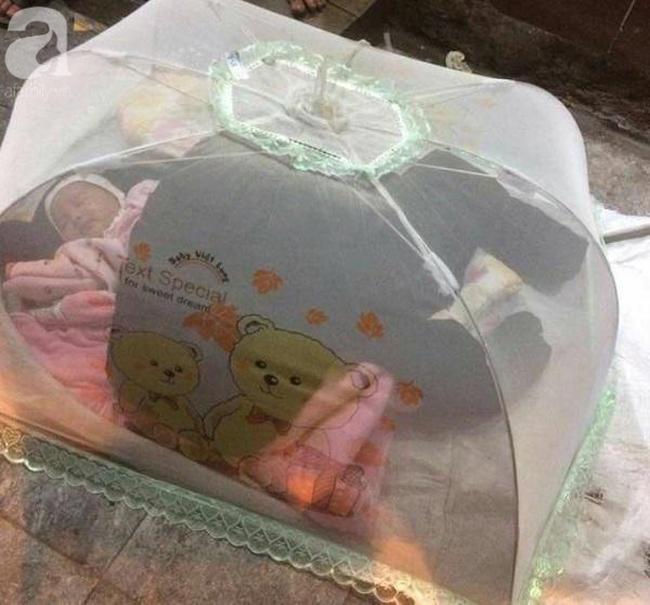 Bé gái 1 tháng tuổi phải đắp chăn nằm vỉa hè chợ Đồng Xuân: Gia đình muốn đón nhưng người mẹ đều bỏ trốn-1