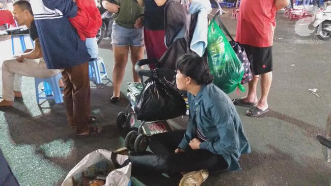 Bé gái 1 tháng tuổi phải đắp chăn nằm vỉa hè chợ Đồng Xuân: Gia đình muốn đón nhưng người mẹ đều bỏ trốn-2