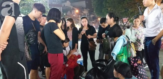 Bé gái 1 tháng tuổi phải đắp chăn nằm vỉa hè chợ Đồng Xuân: Gia đình muốn đón nhưng người mẹ đều bỏ trốn-3