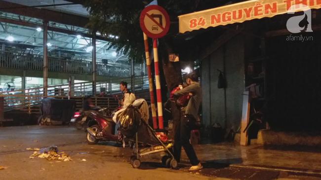 Bé gái 1 tháng tuổi phải đắp chăn nằm vỉa hè chợ Đồng Xuân: Gia đình muốn đón nhưng người mẹ đều bỏ trốn-6
