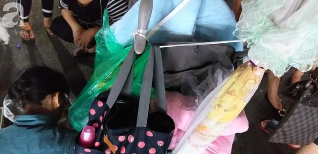 Bé gái 1 tháng tuổi phải đắp chăn nằm vỉa hè chợ Đồng Xuân: Gia đình muốn đón nhưng người mẹ đều bỏ trốn-7