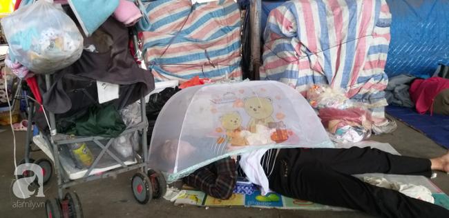Bé gái 1 tháng tuổi phải đắp chăn nằm vỉa hè chợ Đồng Xuân: Gia đình muốn đón nhưng người mẹ đều bỏ trốn-9