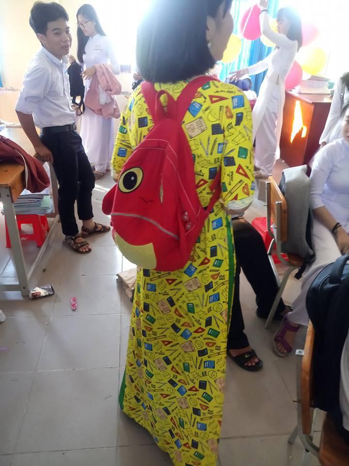 Cô giáo mặc áo dài trắng xưa rồi, bây giờ là phải theo mốt họa tiết dạy gì mặc nấy như thế này!-2
