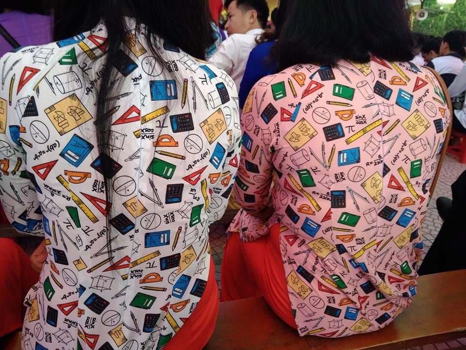Cô giáo mặc áo dài trắng xưa rồi, bây giờ là phải theo mốt họa tiết dạy gì mặc nấy như thế này!-3