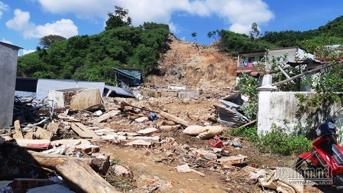 Nha Trang sạt lở: Quả bom nước nổ trên đồi vùi chết cả nhà cô giáo-1