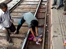 Mẹ đánh rơi con xuống đường ray, em bé kỳ diệu thoát chết khi chiếc xe lửa chạy ngang qua