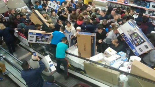 Tranh mua đồ giảm giá: Đám đông la hét, 1 người bị dẫm đạp đến chết-3
